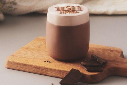 咖啡色盤子上有咖啡色的巧克里拿鐵