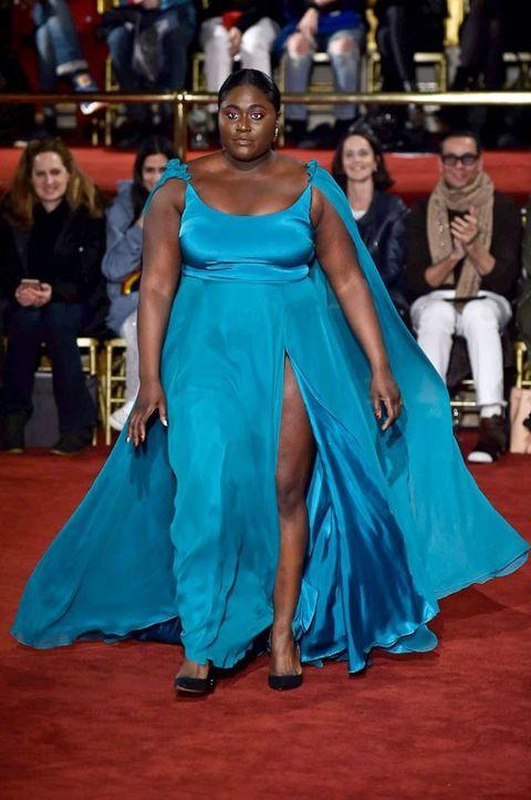 Modelos Plus Size Y Hombres Vestidos De Mujer En El