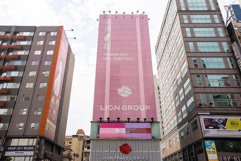 雄獅旅遊大樓變粉紅色