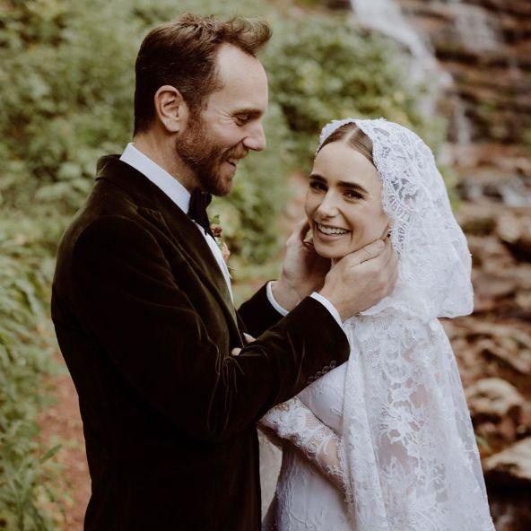 莉莉柯林斯秘密完婚!身著ralph lauren復古蕾絲魚尾婚紗化身「白雪公主」步入童話森林風禮堂