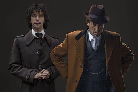 Dos detectives con sombrero de la serieA Very English Scandal