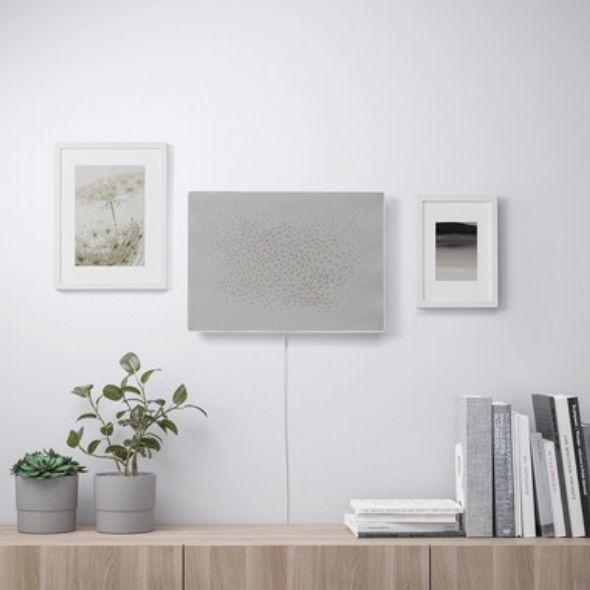 白色得畫框音響掛在白牆上