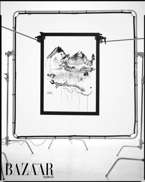 張淑芬於BAZAAR拍攝現場的即興畫作。PHOTO CREDIT:TROY WANG FOR HARPER'S BAZAAR TAIWAN。