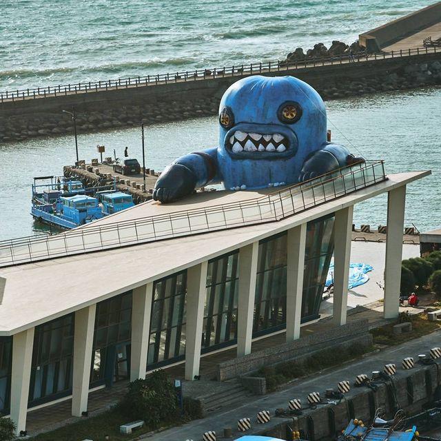 巨型「春江獸」入侵屏東!看海美術館「春江獸月夜阿咧特展」打造14米裝置藝術,前衛創作必訪