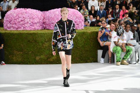 Fashion, Runway, Fashion show, Fashion model, Street fashion, Footwear, Public event, Spring, Event, Fashion design,