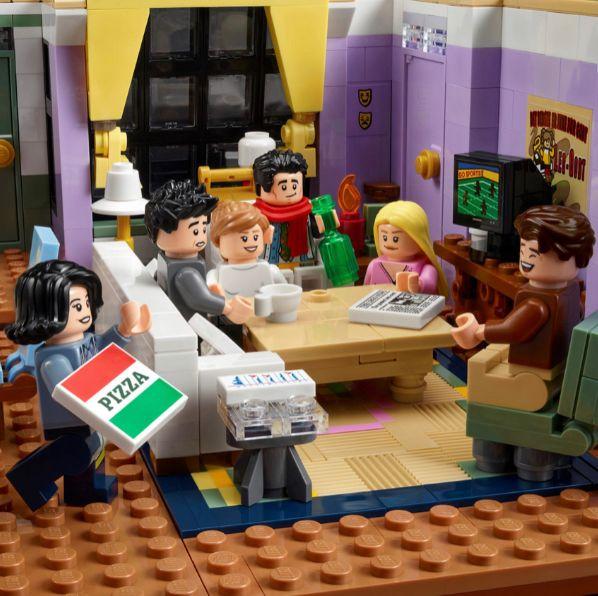 紫色和咖啡色背景前有《六人行friends》經典角色
