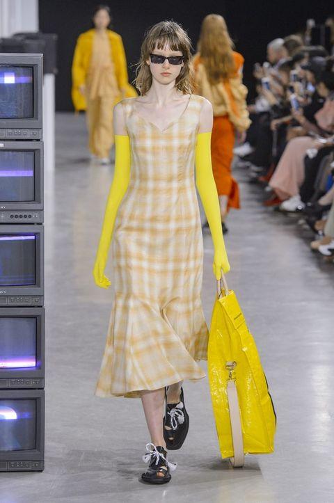 Fashion model, Fashion, Fashion show, Yellow, Clothing, Runway, Haute couture, Shoulder, Dress, Public event,