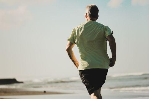 warm weer hardlopen over strand