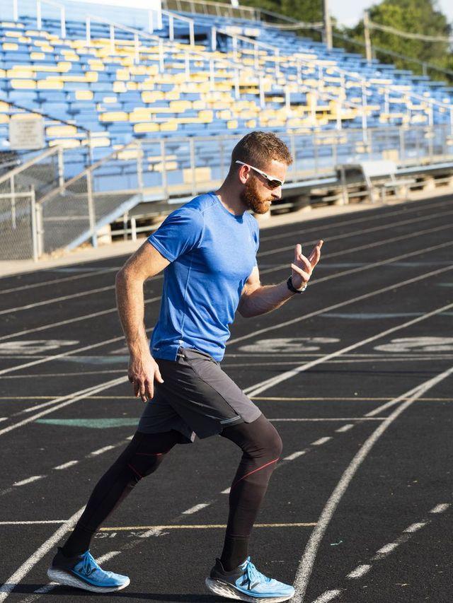 el atleta aaron yoder, récord de la milla hacia atrás