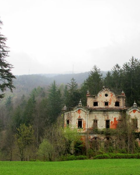 Hill station, Natural landscape, Atmospheric phenomenon, Property, Estate, Tree, House, Mansion, Rural area, Building,