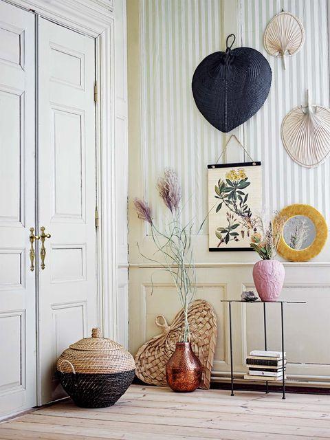Recibidor decorado con abanicos de palma y bambú
