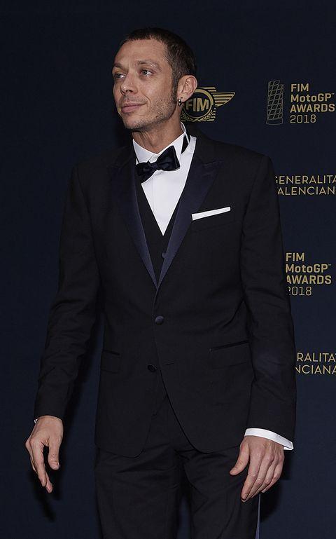 detailed look 5b678 7aa9d Abito da cerimonia così: quello smoking di Valentino Rossi è ...