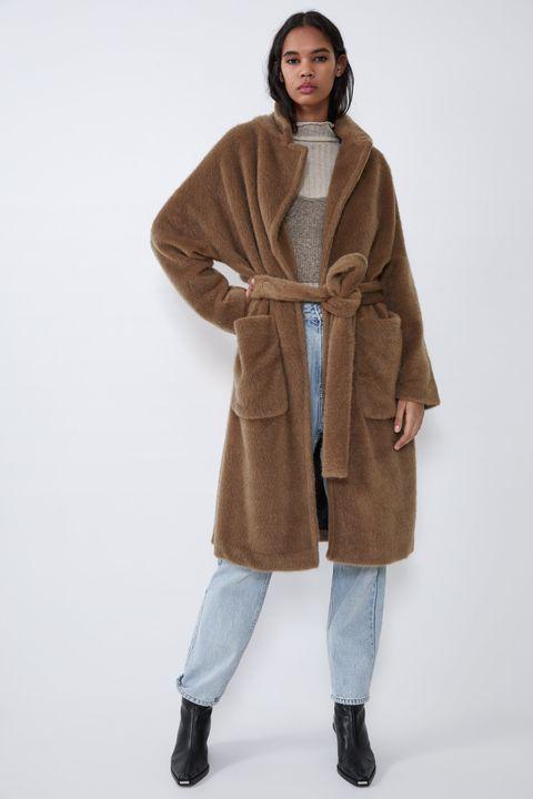Entramos en Zara en busca de nuevos abrigos con los que renovar nuestro armario, diseños con pelito, plumíferos y los modelos clásicos que siempre funcionan.