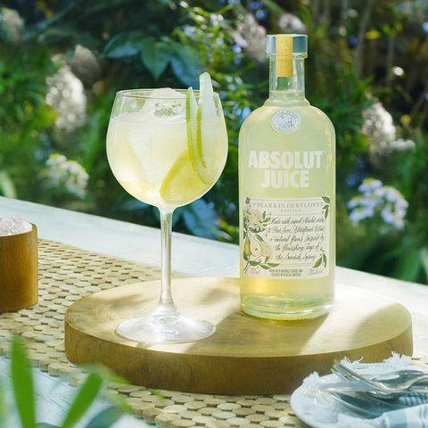 Drink, Liqueur, Alcoholic beverage, Distilled beverage, Bottle, Limoncello, White wine, Elderflower cordial, Glass bottle, Apéritif,