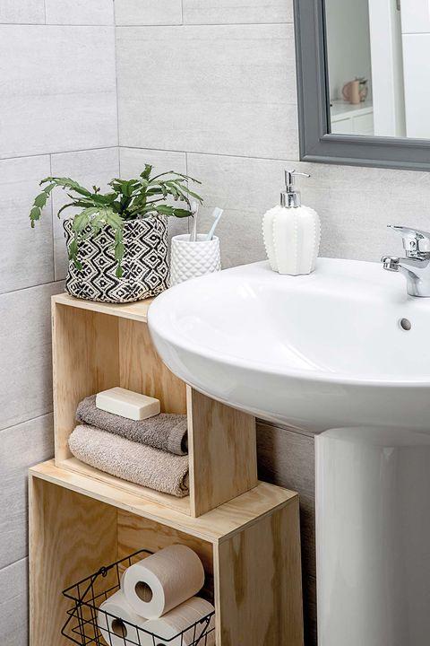 Cuarto de baño pequeño con cajas de madera
