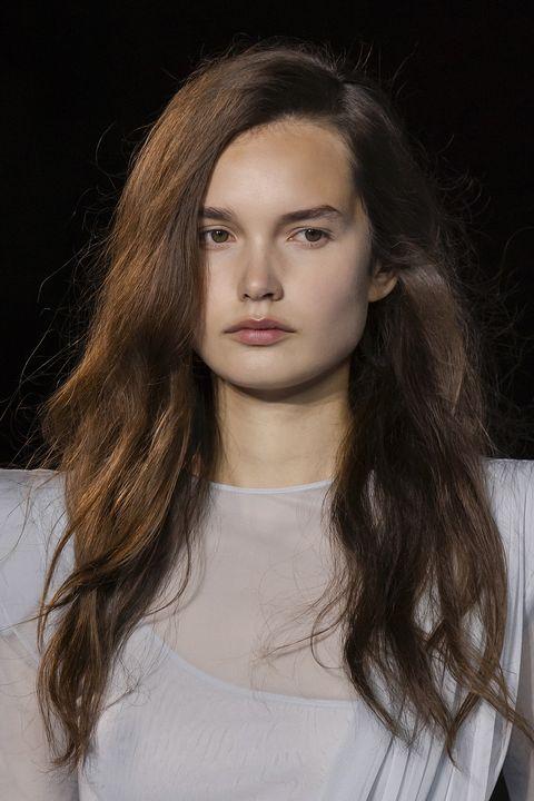 acconciature capelli primavera estate 2021 riga laterale
