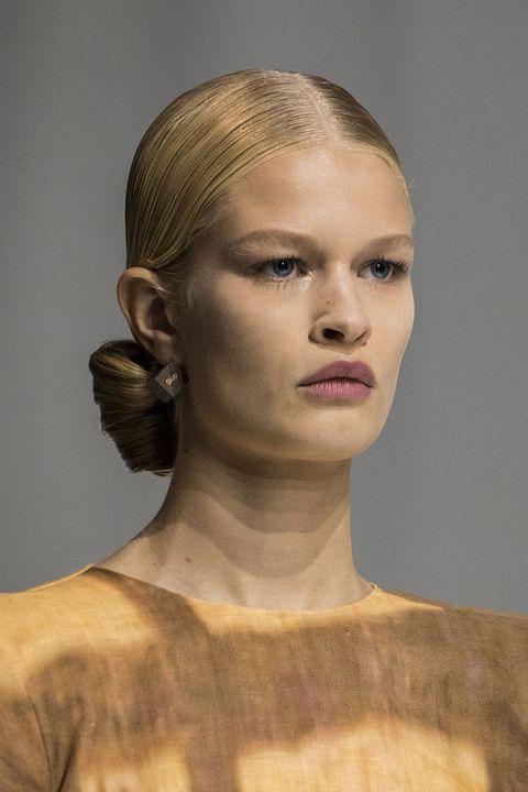 acconciature capelli raccolti primavera estate 2021