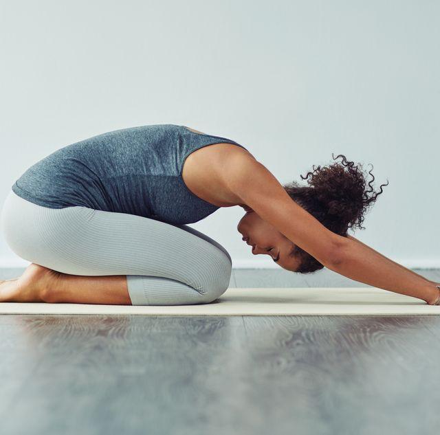 手っ取り早くストレスを解消するのに最適な方法のひとつなのが、無視されがちなストレッチ。ストレッチは筋肉や関節の痛みを和らげ、体の可動性を維持するのに役立つだけでなく、リラックスにも効果的。理学療法士がオススメする5つの簡単なストレッチを今日から始めて、コロナ禍でこわばった体と心を軽やかにしてみませんか。