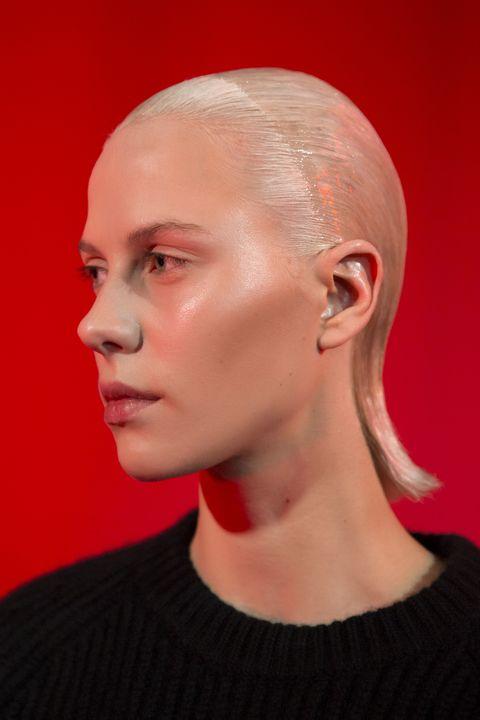'Glass skin' bij een model uit deAckermann FW19-show.