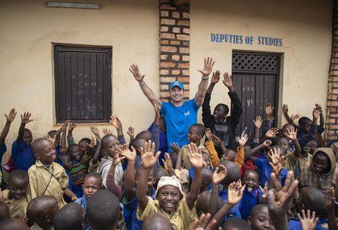 Jesús Vázquez posa con niños de un campo de refugiados de Ruanda