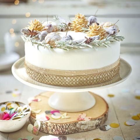 acorn wreath cake