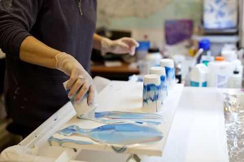 Acrylic pouring: What it is and how to do it