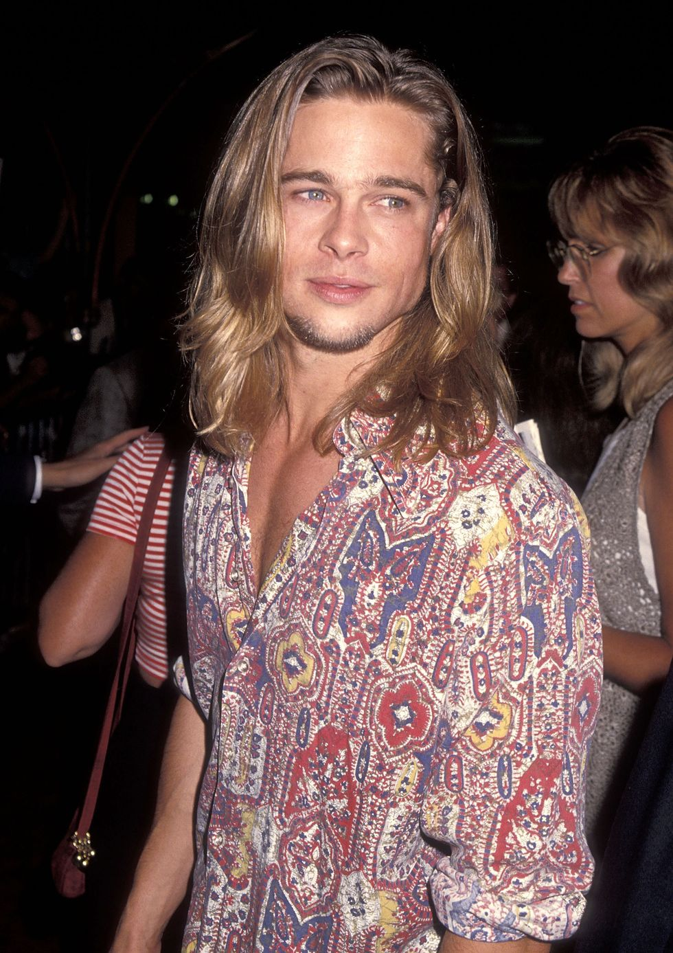 1993: Signature Style One of Pitt's most notable features in his early heartthrob days was his hair, despite its often-changing color and style.