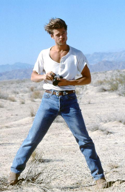 brad pitt posa en su etapa de modelo con camiseta blanca y vaqueros