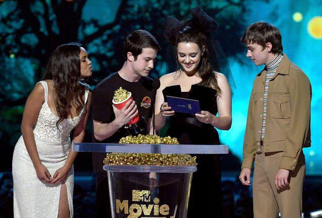 alisha boe, dylan minnette e katherine langford mentre ricevono un premio agli mtv movie and tv awards   show nel 2018