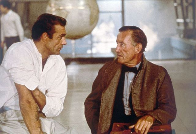 『007 ドクター・ノオ』のセットで話し合うショーン・コネリーとイアン・フレミング