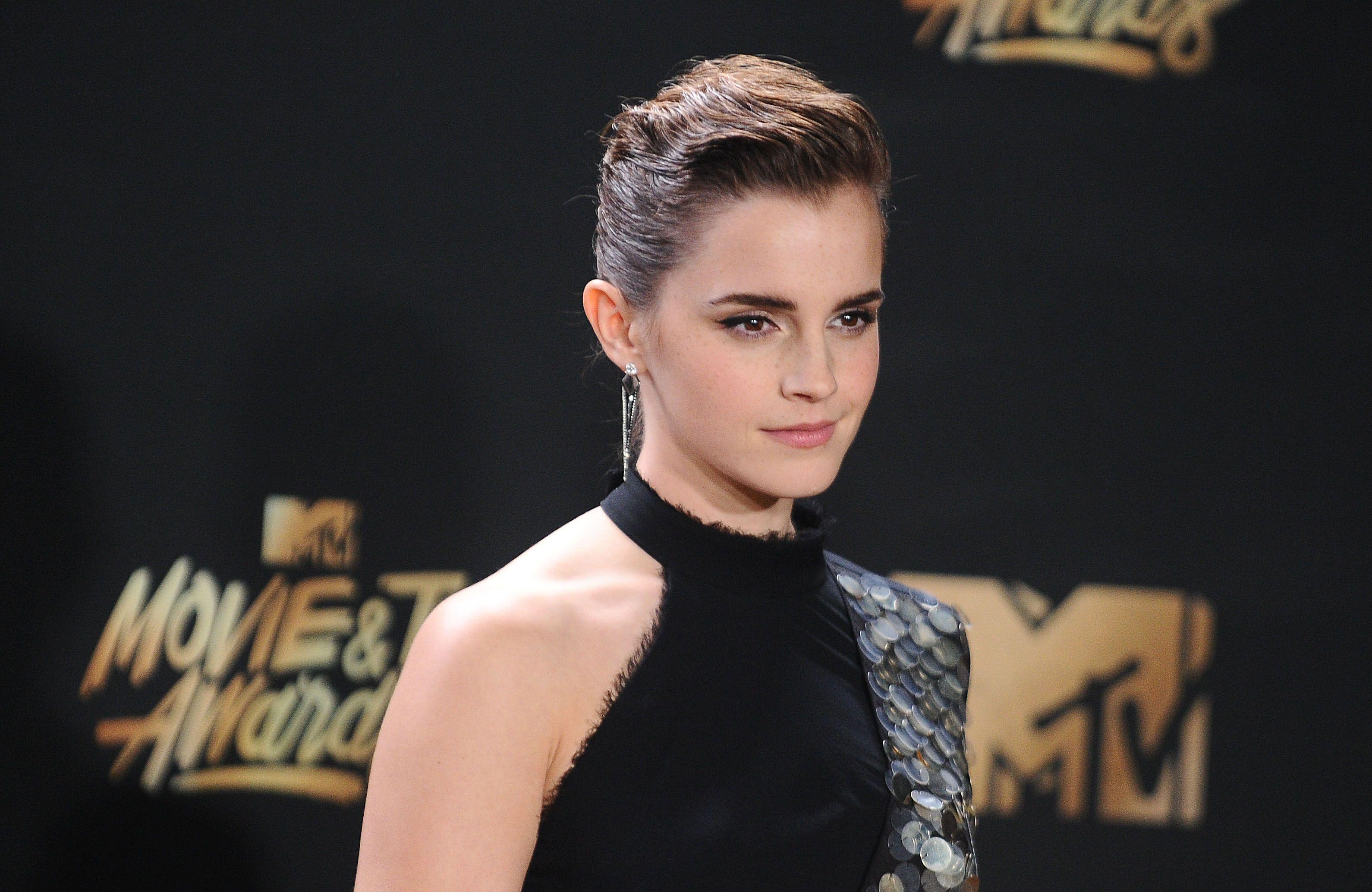 Este es el secreto de Emma Watson para tener una piel de porcelana y sabemos dónde encontrarlo