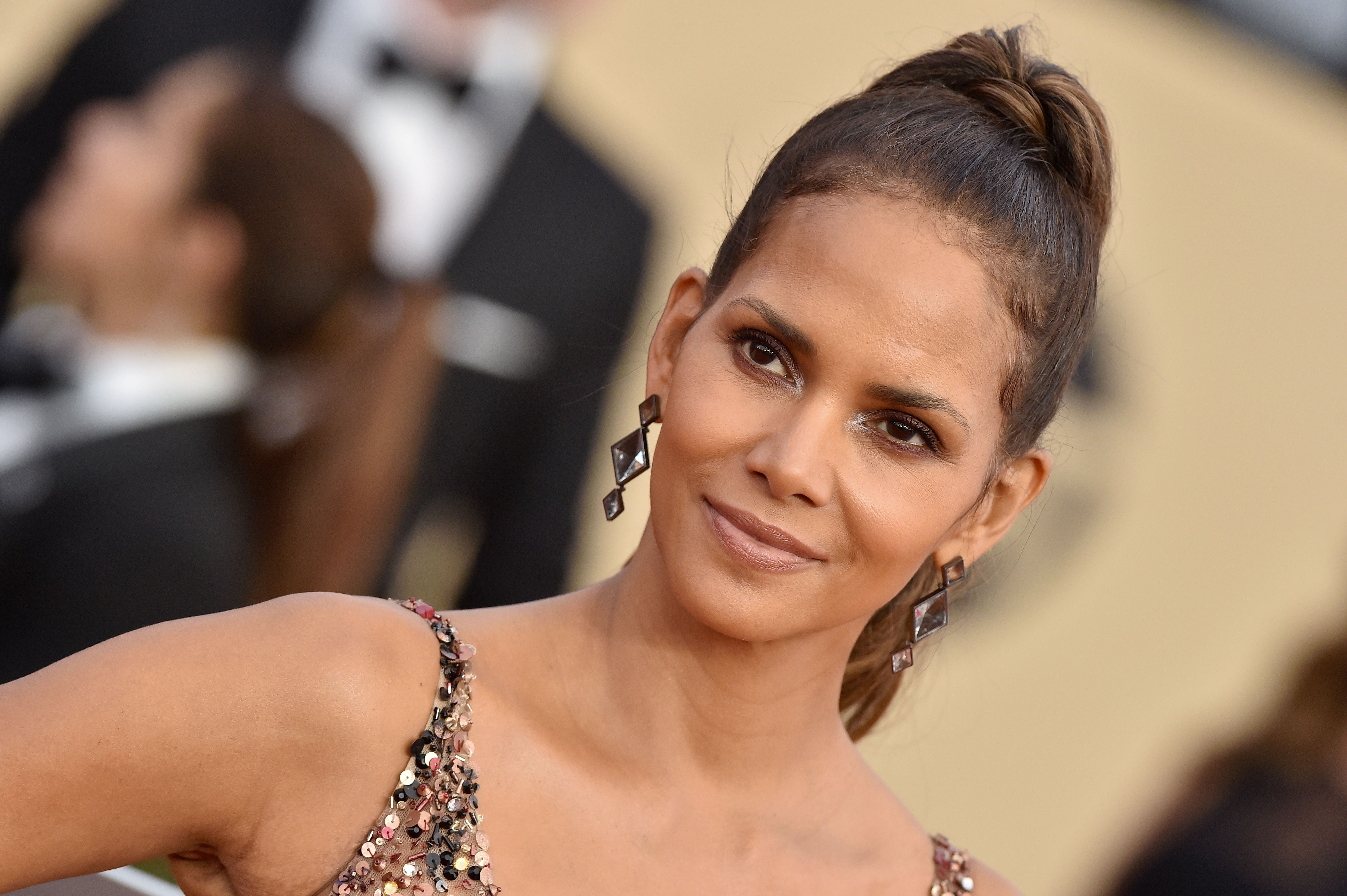 Halle Berry Just Revealed the Low-Cal Cauliflower Pizza Shes Obsessed With Halle Berry Just Revealed the Low-Cal Cauliflower Pizza Shes Obsessed With new images