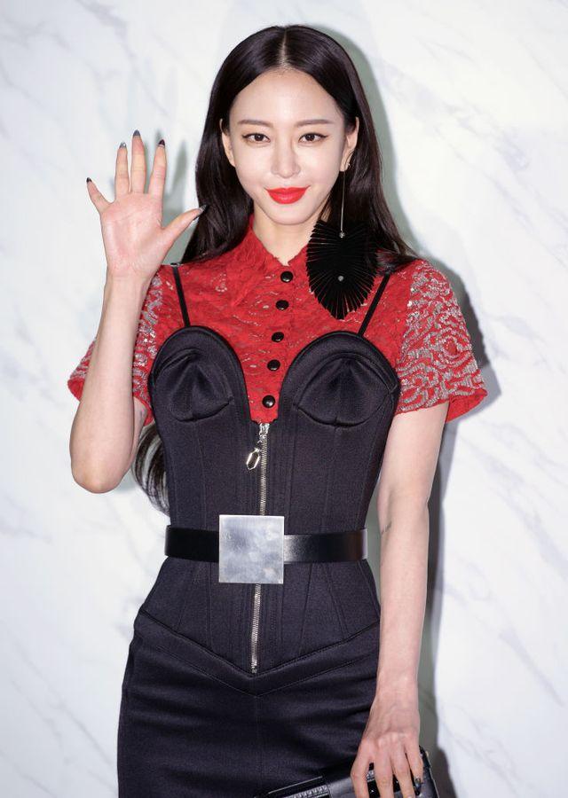 一般人男性との交際を公表した韓国出身の女優ハン・イェスル。ファンから祝福の声が寄せられていたけれど、記者出身のゴシップ専門youtuberがハン・イェスルについて様々な疑惑を暴露し、騒動に発展。そんな中、ハン・イェスルは6月9日に自身のyoutubeチャンネルを通して一連の疑惑について反論した。