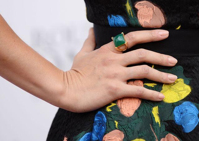 primer plano de un anillo con piedra verde