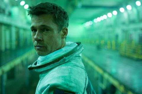 Brad Pitt mira a cámara vestido de astronauta