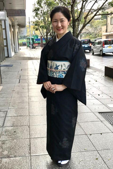 安達絵里子さん 黒地紬に枝垂れ桜に鳩柄の紅型帯のコーデ