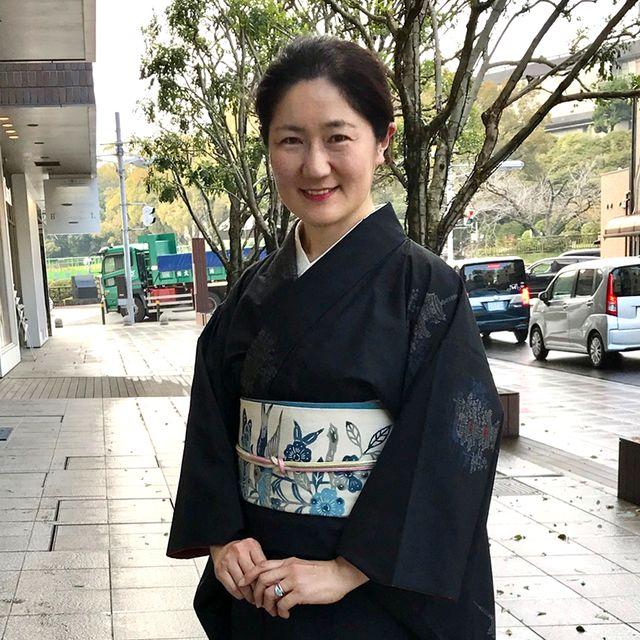 黒地紬をお召しの安達絵里子さん