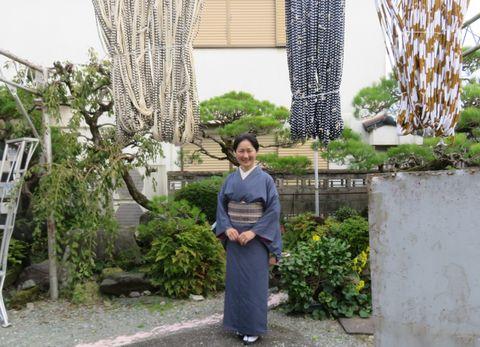 「下川織物」を訪れた安達絵里子さん