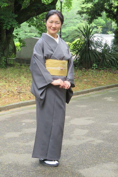 風通御召のひとえをお召しの安達絵里子さん
