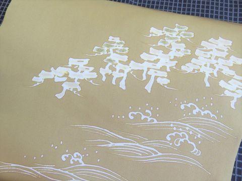 松に波模様を描いた楊枝糊友禅の染め帯のアップ
