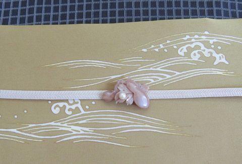 波模様に合わせた瓢簞の帯留のアップ