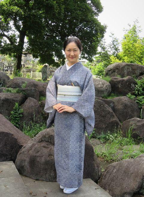 絹紅梅の着物をお召しの安達絵里子さん