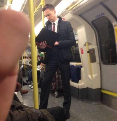 地鐵上捕獲「野生」湯姆希德斯頓,大家也太淡定了吧!盤點那些愛搭地鐵的明星們,真的遇到也見怪不怪了