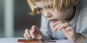 Niño jugando con su móvil.