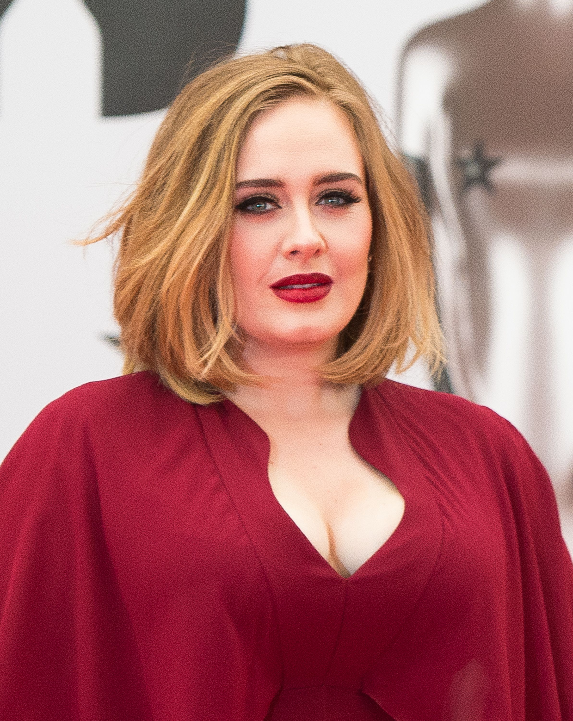 20 Best Haircuts for Round Faces 2019, Hairstyles for Women