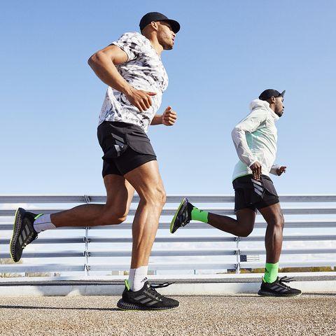 dos hombres corriendo con adidas