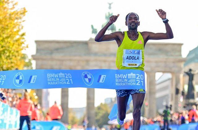guye adola celebra su victoria en el maratón de berlín 2021