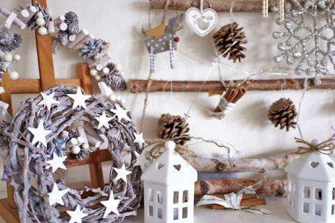 adornos de navidad con ramas y piñas