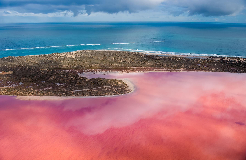 ¿Por qué este lago de Australia se vuelve de color rosa en verano?