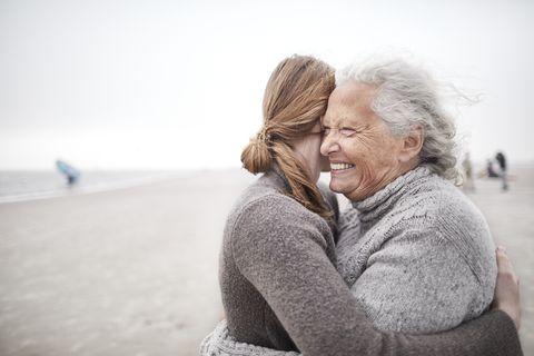Abrazo afectuoso de una nieta con su abuela